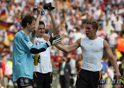 图文:厄瓜多尔0-3德国 波多尔斯基、莱曼击掌
