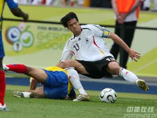 图文:厄瓜多尔0-3德国 巴拉克与对手争抢