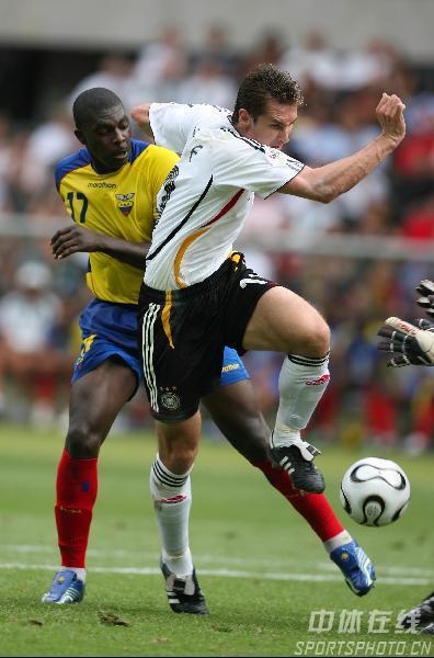 图文:厄瓜多尔0-3德国 克洛斯带球突破