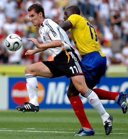 图文:厄瓜多尔0-3德国 克洛斯在比赛中拼抢