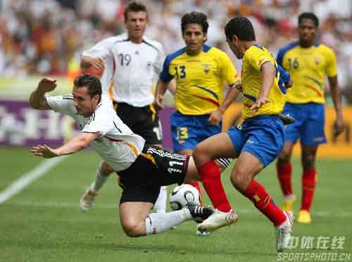 """图文:厄瓜多尔0-3德国 克洛斯突破被""""放倒"""""""