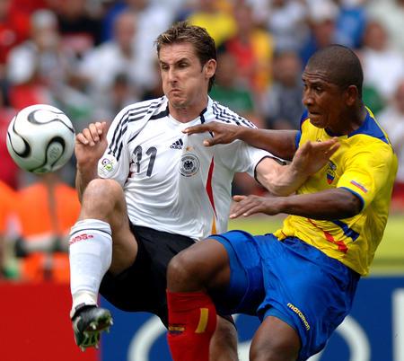 图文:厄瓜多尔0-3德国 克洛泽与古阿古阿拼抢