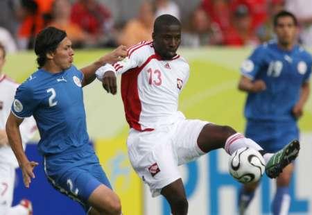 图文:巴拉圭VS特立尼达 看我的勾球技巧