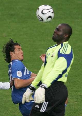 图文:巴拉圭VS特立尼达 门将也会头球