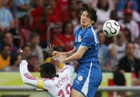 图文:巴拉圭VS特立尼达 拉帕蒂被对方铲倒