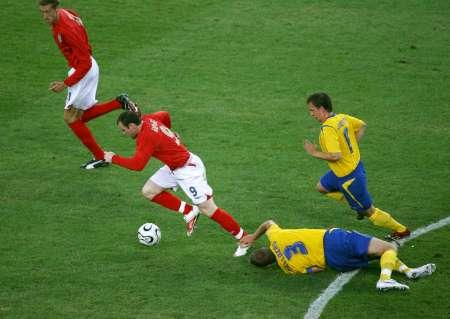 图文:瑞典VS英格兰 鲁尼带球突破
