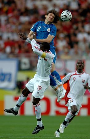 图文:巴拉圭VS特立尼达 双方争顶头球
