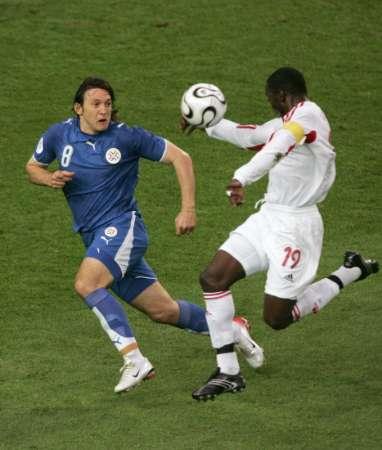图文:巴拉圭VS特立尼达 特队貌似手球