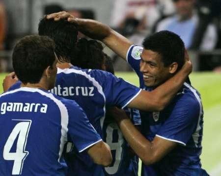 图文:巴拉圭VS特立尼达 巴拉圭队友庆祝进球