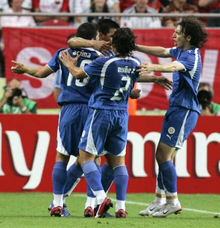 图文:巴拉圭VS特立尼达 巴拉圭球员拥抱