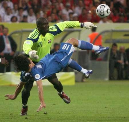 图文:巴拉圭VS特立尼达 门将球面倒勾