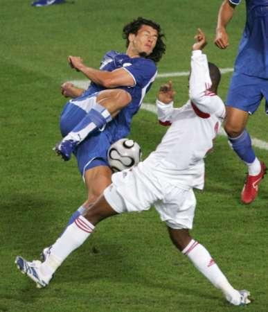图文:巴拉圭VS特立尼达 巴尔德斯转身抽射