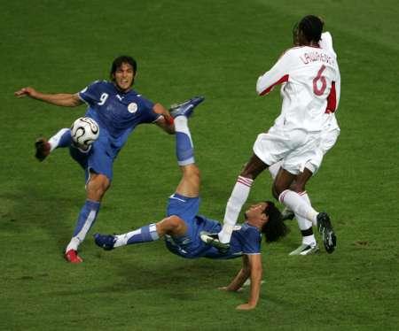 图文:巴拉圭VS特立尼达 抢球人仰马翻