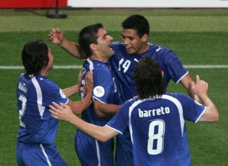 图文:巴拉圭VS特立尼达 巴拉圭庆祝进球