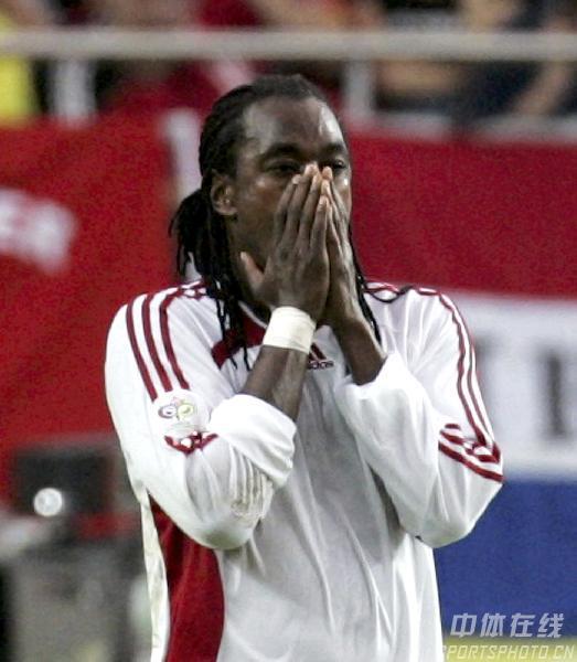 图文:巴拉圭VS特立尼达 桑乔乌龙球后内疚不已