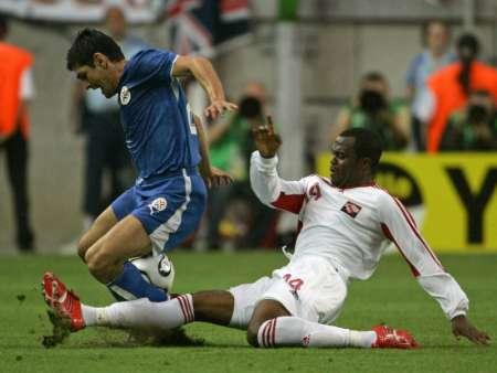 图文:巴拉圭VS特立尼达 约克凶猛铲球