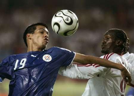 图文:巴拉圭VS特立尼达 真想亲亲皮球