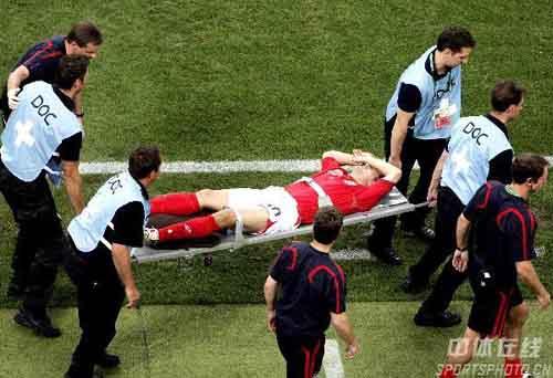 图文:瑞典VS英格兰 欧文因膝盖受伤被抬下场