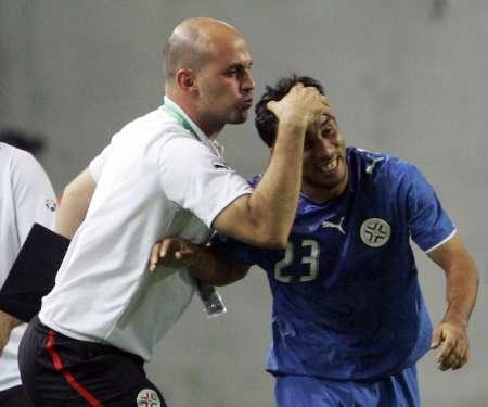 图文:巴拉圭2-0特立尼达 教练的热吻