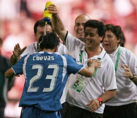 图文:巴拉圭2-0特立尼达 来浇点水凉快下