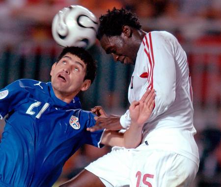 图文:巴拉圭2-0特立尼达 双方争顶头球