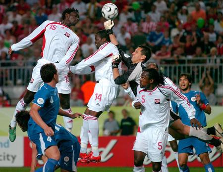 图文:巴拉圭2-0特立尼达 琼斯比赛中头球