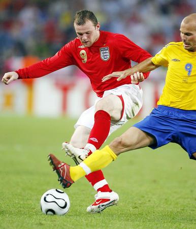 图文:瑞典2-2英格兰 鲁尼与永贝里拼抢
