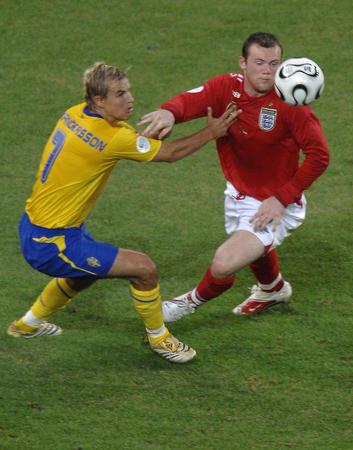 图文:瑞典2-2英格兰 鲁尼准备突破