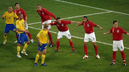 图文:瑞典2-2英格兰 英格兰球员比赛中防守