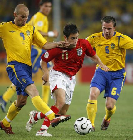 图文:瑞典2-2英格兰 乔-科尔带球突破