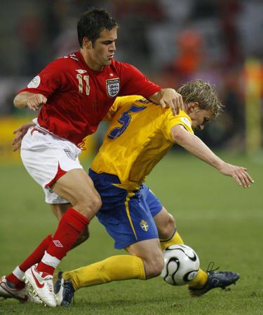 图文:瑞典2-2英格兰 乔-科尔比赛中防守