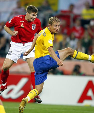 图文:瑞典2-2英格兰 杰拉德比赛中头球建功