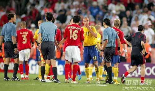 图文:瑞典2-2英格兰 双方队员赛后交换球衣