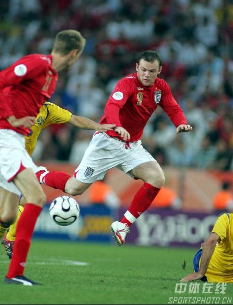 图文:瑞典2-2英格兰 英格兰队鲁尼带球过人