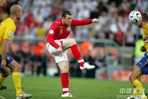 图文:瑞典2-2英格兰 英格兰队鲁尼起脚怒射
