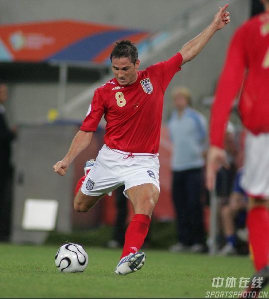 图文:瑞典2-2英格兰 8号兰帕德大脚传球