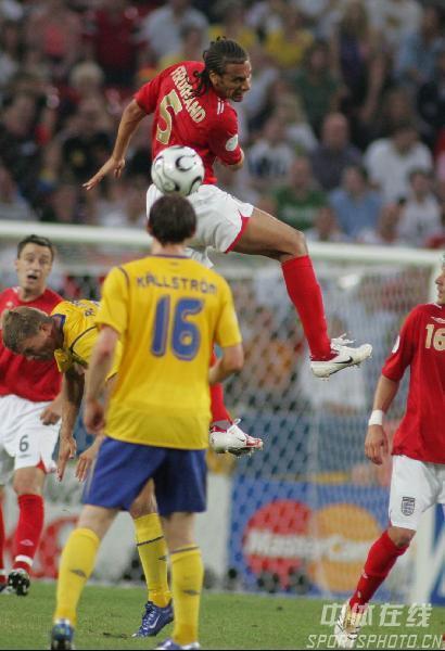 图文:瑞典2-2英格兰 5号费迪南德抢占制高点