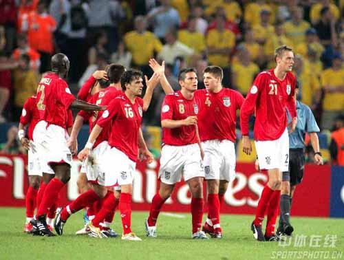图文:瑞典2-2英格兰 英格兰队队员答谢球迷