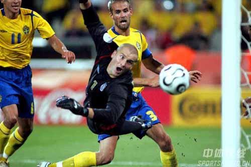 图文:瑞典2-2英格兰 此刻罗滨逊相当无奈