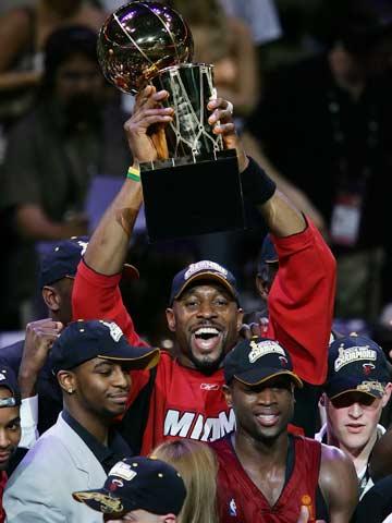 图文:NBA总决赛第六场 莫宁手捧冠军杯狂喜