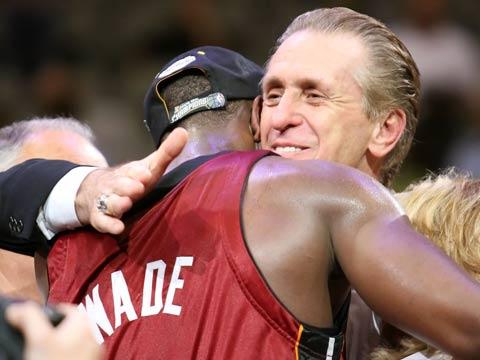 图文:NBA总决赛第六场 韦德与主教练拥抱