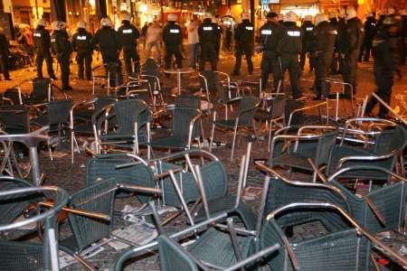 图文:英格兰瑞典球迷骚乱 德国警察收拾残局