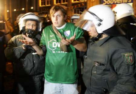 图文:英瑞战平后球迷骚乱 德警方拘留球迷