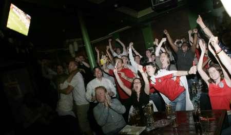 图文:英瑞2:2战平 英国本土球迷酒吧内助阵