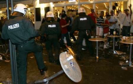 图文:英瑞战平后球迷骚乱 德国警方出击