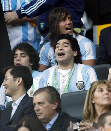 图文:荷兰VS阿根廷 马拉多纳看台上