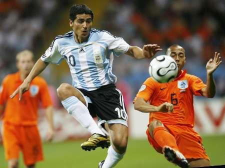 组图:荷兰VS阿根廷 梅西的精彩控球