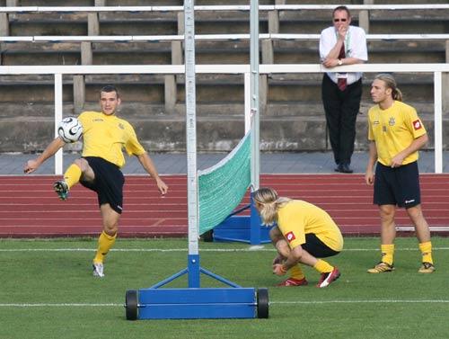 图文:乌克兰队员网式足球 舍瓦救球