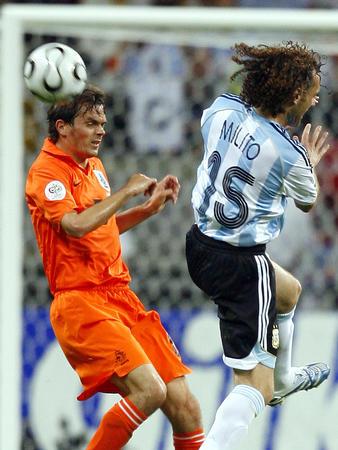 图文:荷兰0-0阿根廷 米利托在拼抢