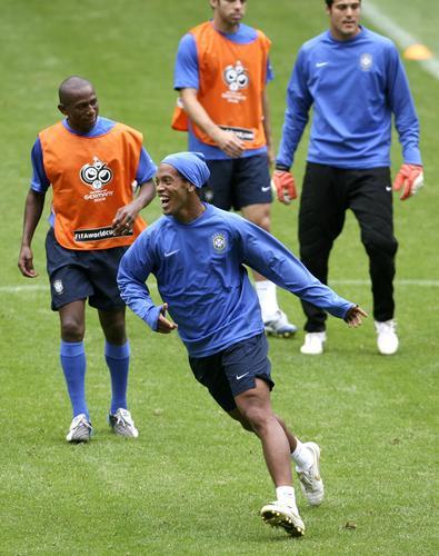 巴西队赛前热身 巴西队员轻松训练图片